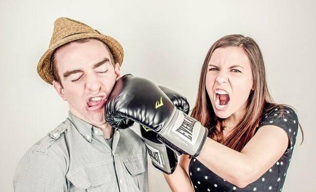 殴っている女性と殴られている男性