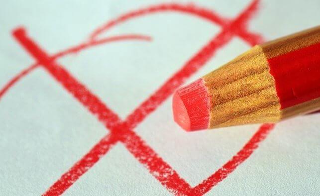 赤鉛筆で書かれたばってんマーク